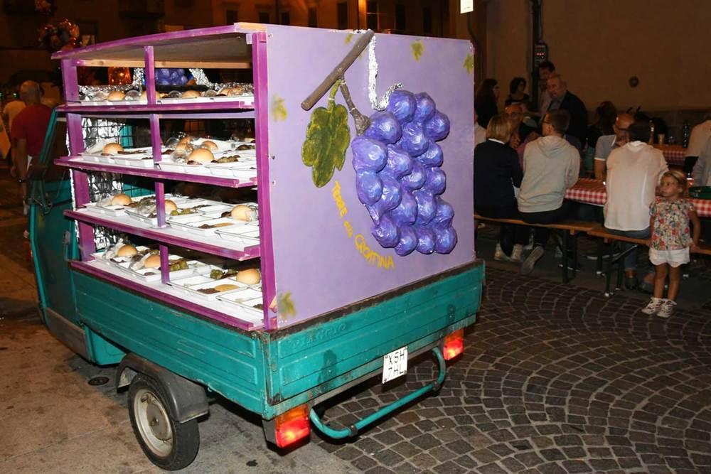 apecar modificato per trasportare tapulone alla festa dell uva borgomanero novara